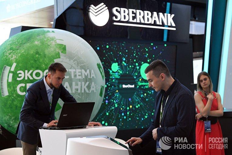 Участники Петербургского международного экономического форума 2019 (ПМЭФ-2019) у стенда Сбербанка