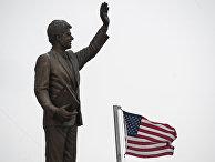Монумет бывшему президенту США Биллу Клинтону в Приштине