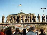 Восточногерманские пограничники стоят на участке Берлинской стены у Бранденбургских ворот