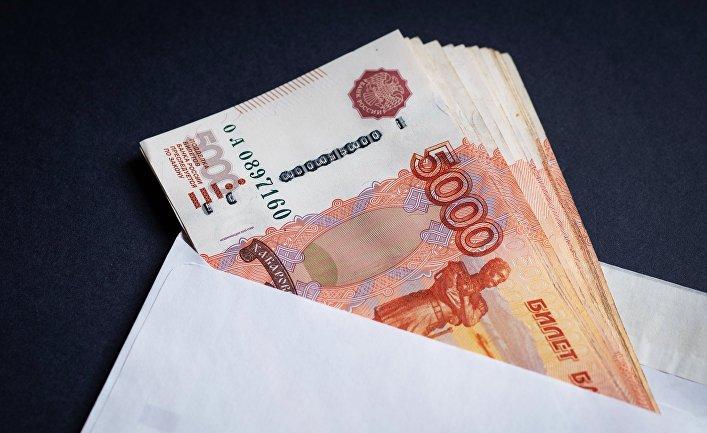 Конверт с российскими рублями