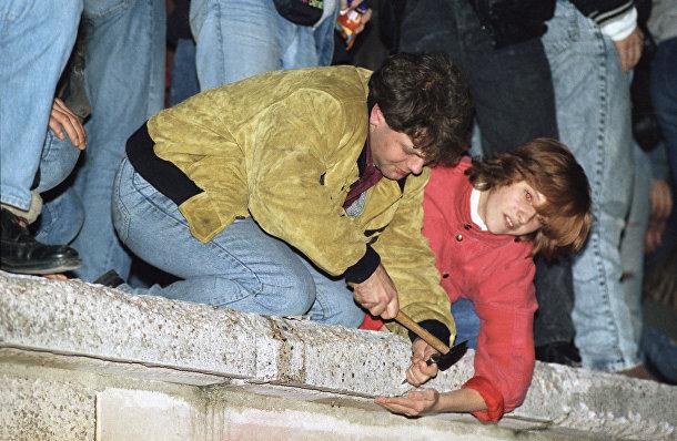 Берлинцы разрушают Берлинскую стену 11 ноября 1989 года