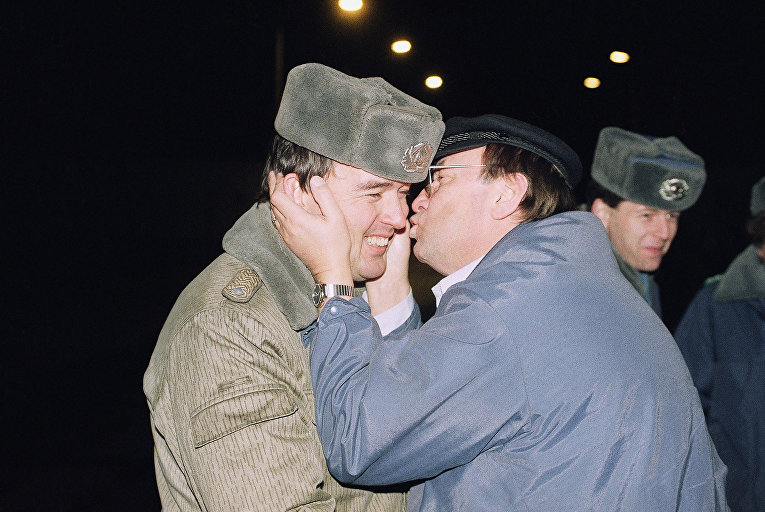 Житель Западного Берлина целует пограничника у Берлинской стены