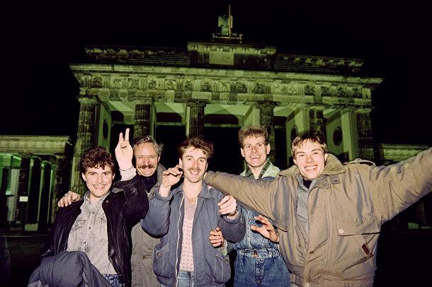 Молодые берлинцы радуются открытию Бранденбургских ворот