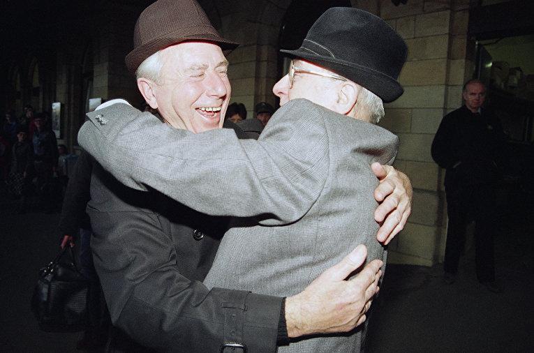 Приятели из Восточной и Западной Германии обнимаются на железнодорожном вокзале Хельмштедт 10 ноября 1989 года