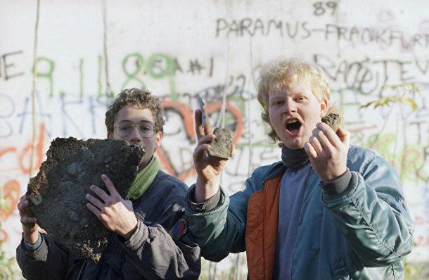 Берлинские школьники хвастаются фрагментами Берлинской стены у Бранденбургских ворот