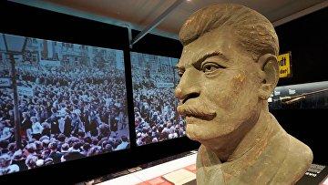Бюст И. В. Сталина в выставочном зале мемориального комплекса Хоэншёнхаузен (бывшей тюрьме Штази в Берлине)