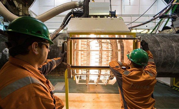 Нанесение изоляции сварного шва на борту трубоукладочного судна Audacia