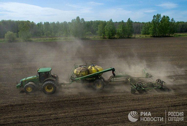 Посевные работы на полях колхоза имени ХХ съезда КПСС в Новосибирской области