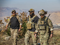 Боец отряда народной самообороны и американские солдаты в деревне Эйн-Дивар в провинции Хасаке, Сирия