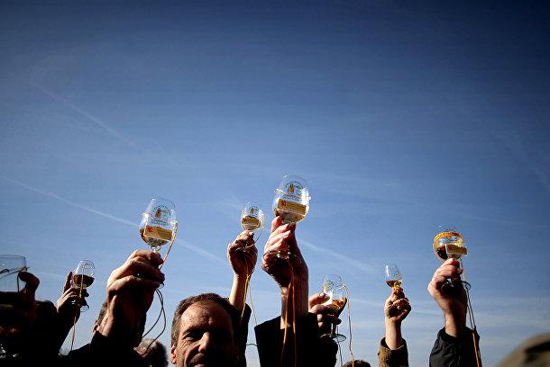 Жители французской деревни Венселле с бокалами молодого вина