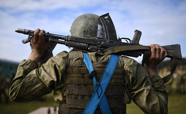 Военный с АК на испытаниях на право ношения крапового берета в Новосибирской области