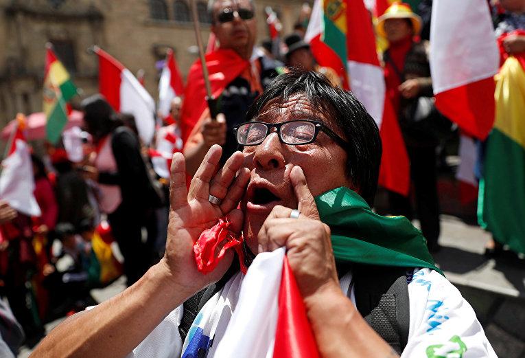 Участники акции протеста против президента Боливии Эво Моралеса в Ла-Пасе