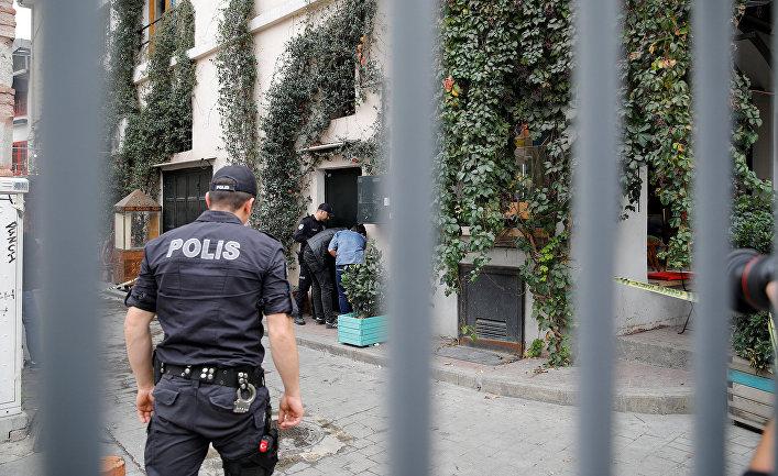Турецкие полицейские у офиса Джеймса Ле Мезурье в Стамбуле
