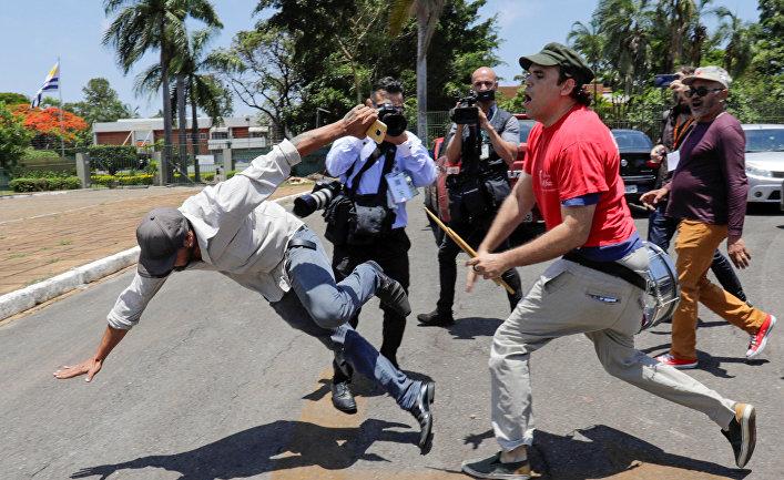 Сторонник президента Венесуэлы Николаса Мадуро во время столкновений со сторонниками лидера оппозиции Хуана Гуайдо у посольства Венесуэлы в Бразилиа, Бразилия