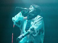 Участники российской феминистской панк-рок-группы Pussy Riot выступают в Бирмингеме
