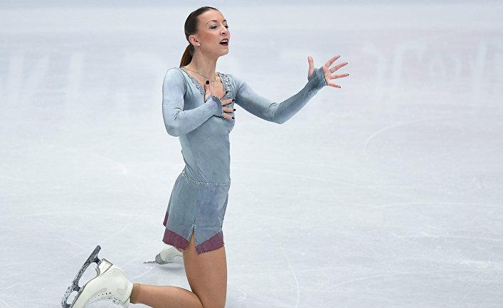 Николь Шотт (Германия) выступает в произвольной программе женского одиночного катания на чемпионате мира по фигурному катанию в Милане