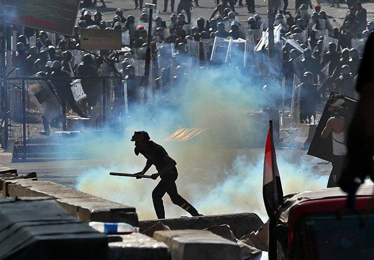 Спецназ применяет слезоточивый газ во время антиправительственных протестов в Багдаде, Ирак