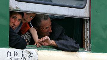Семья уйгуров в поезде в Урумчи, Китиай