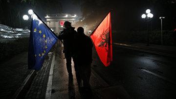 Демонстранты с флагами Албании и ЕС в Тиране, Албания