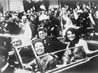Джон и Жаклин Кеннеди на заднем сидении президентского лимузина незадолго до выстрела