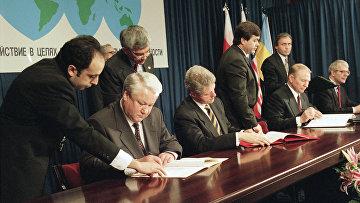 Президент России Борис Ельцин, президент США Билл Клинтон и президент Украины Леонид Кучма