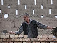 Строитель занимается восстановлением домов