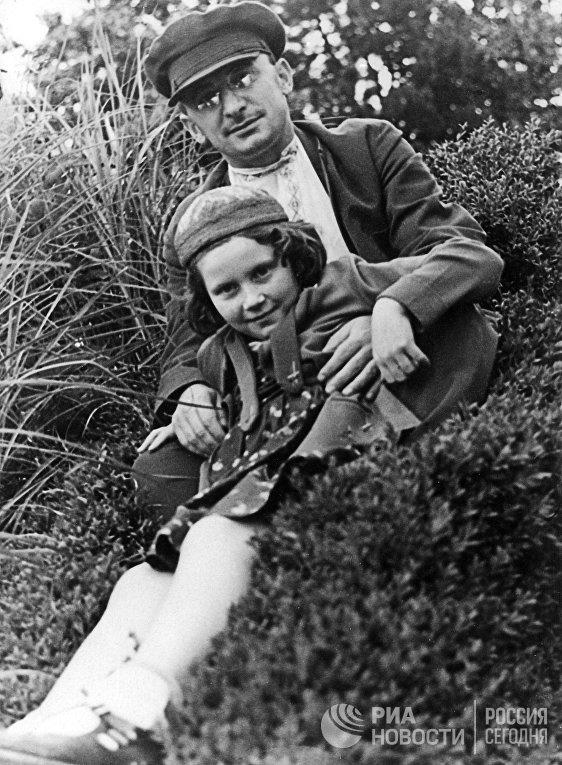 Нарком внутренних дел СССР Лаврентий Павлович Берия с дочерью И.В. Сталина Светланой. 1930-е годы.
