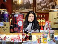 Продавщица ждет покупателей на рождественском рынке в Таллинне