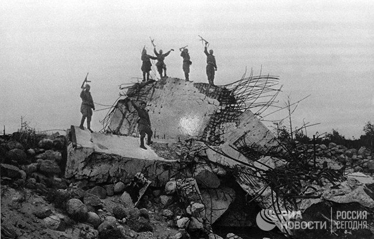 Бойцы Ленинградского фронта у захваченного ДОТа на линии Маннергейма