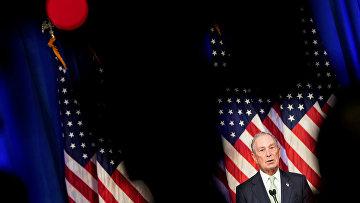 Кандидат в президенты США от Демократической партии Майкл Блумберг выступает на пресс-конференции после запуска своей президентской заявки в Норфолке, штат Вирджиния