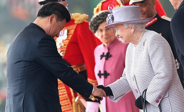 Председатель КНР Си Цзиньпин и королева Елизавета II во время встречи в Лондоне