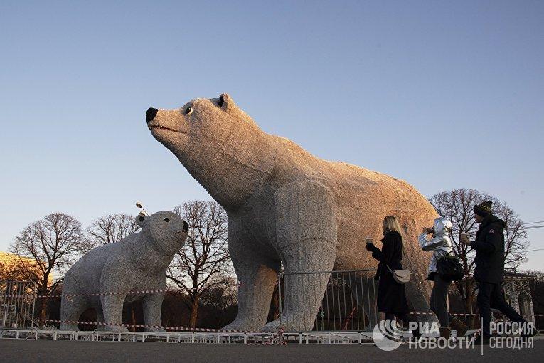 Фигуры белых медведей в в Центральном парке культуры и отдыха имени Горького в Москве