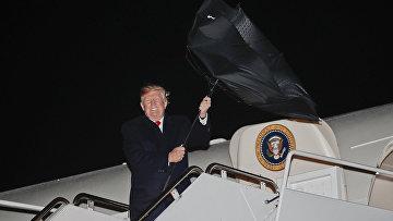 Президент США Дональд Трамп выходит из Air Force One