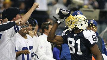 Игрок Dallas Cowboys ест попкорн во время матча