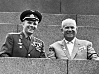 Юрий Гагарин и Никита Хрущев на трибуне Мавзолея