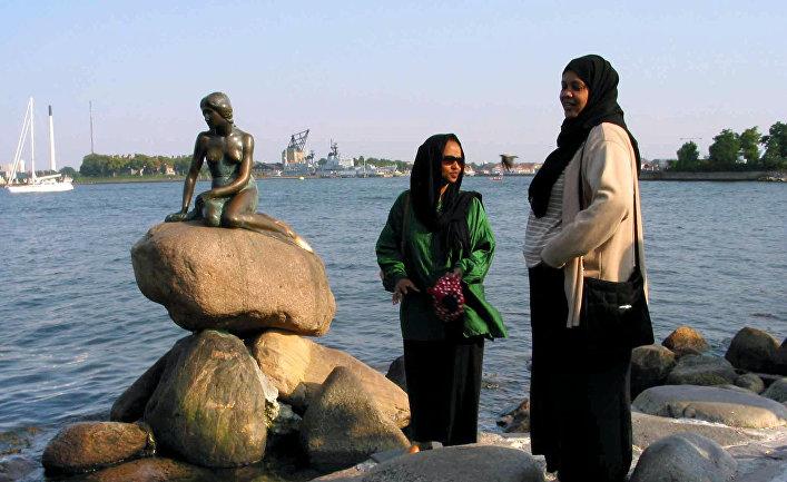 Сомалийские беженцы, живущие в Дании у статуи русалочки в Копенгагене