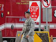 Автомобиль скорая помощи на месте стрельбы на военно-морской базе США Перл-Харбор в Гонолулу, Гавайи