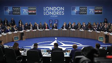 Мировые лидеры принимают участие в заседании круглого стола во время встречи лидеров НАТО