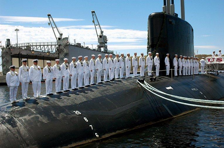 Экипаж на палубе подводной лодки ВМС США USS Hawaii