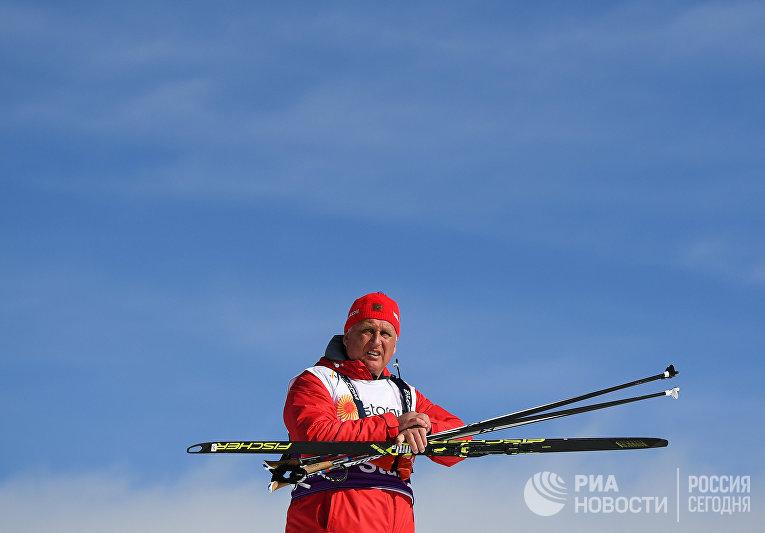 Тренер сборной России по лыжным гонкам Юрий Бородавко во время соревнований по лыжным гонкам