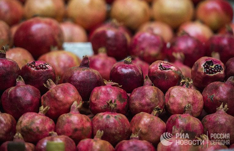 Прилавок с фруктами на Даниловском рынке в Москве
