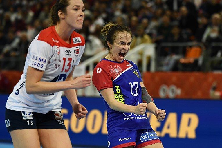 Гандболистка Анна Вяхирева радуется голу на матче Россия-Норвегия на ЧМ в Кумамото, Япония