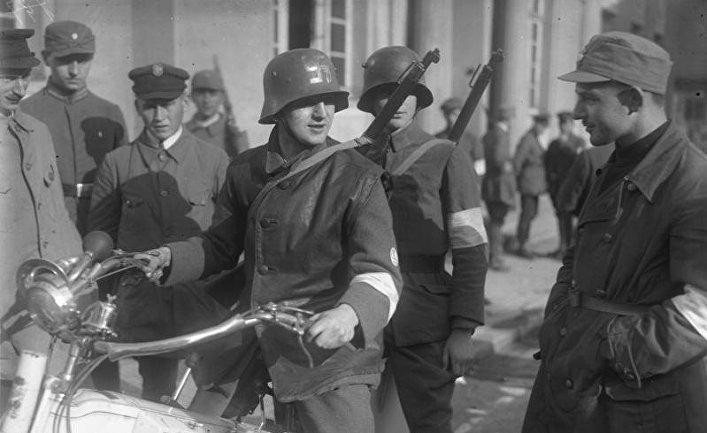 Вооруженные мотоциклисты в Нойштадте в 2923 году