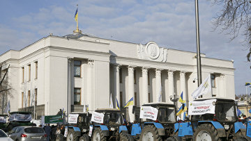Участники акции протеста против продажи земли перед зданием парламента в Киеве, Украина