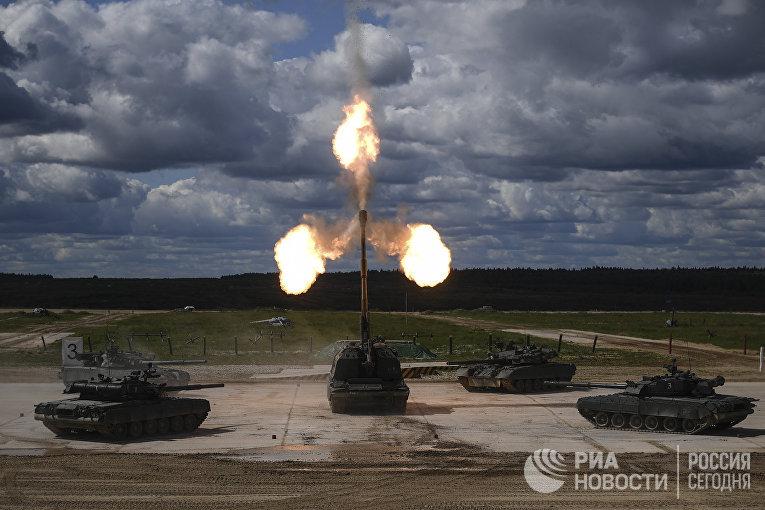"""Танки Т-90 и самоходная артиллерийская установка (САУ) """"Мста-С"""" (в центре) во время динамической экспозиции на выставке «Армия России – завтра» в рамках IV Международного военно-технического форума «Армия-2018» в Кубинке"""