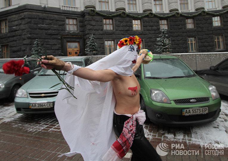 Акция организации FEMEN у здания Кабинета Министров в Киеве, Украина