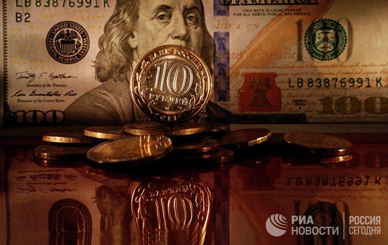 Денежные купюры долларов США и рублей