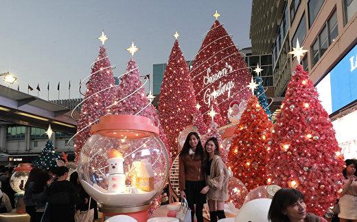 Рождественские елки в торговом центре Harbour City в Гонконге