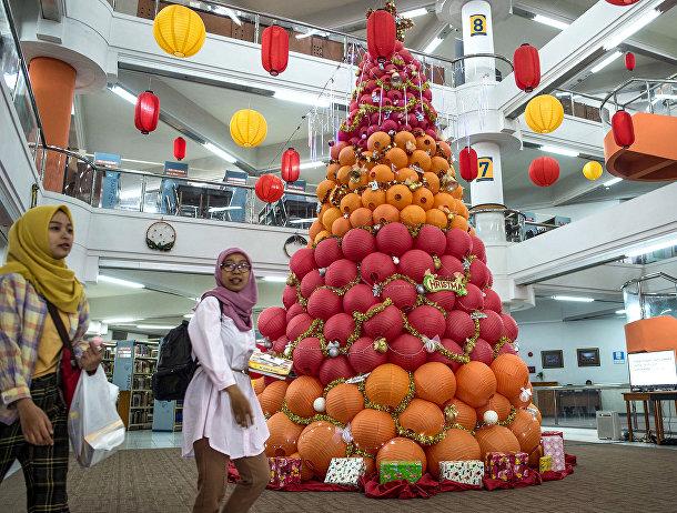 Рождественская елка в университете Сурабая, Индонезия
