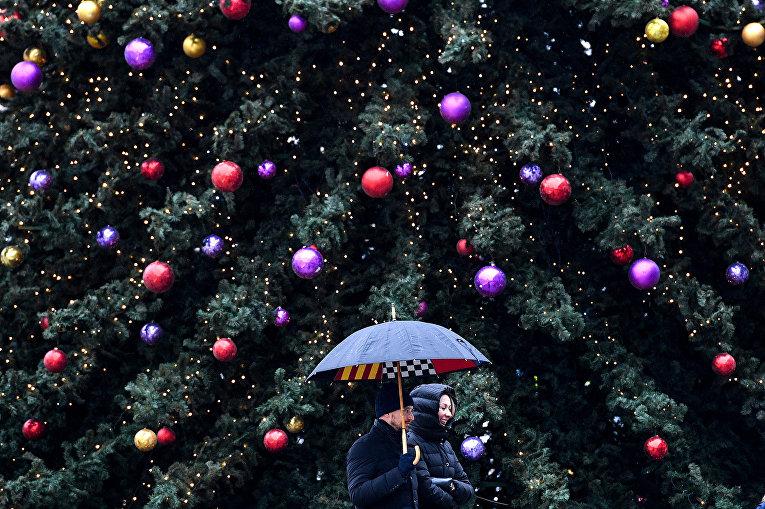 Прохожие у рождественской елки в Москве